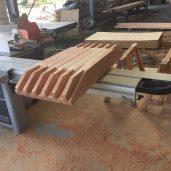 Les assemblages à tenon et mortaise sont préparés en atelier.