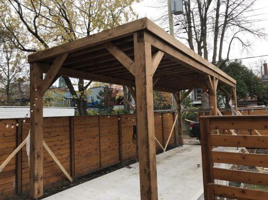 Un carport de 30'x 10' de style contemporain en plein centre de Montréal.