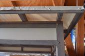 Le toit est recouvert d'une toile d'ombrage