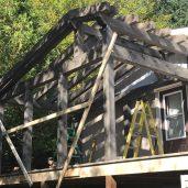 Le toit de la véranda se raccorde avec celui de la maison
