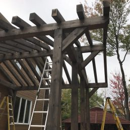 L'avancée de toit permet d'abriter le BBQ