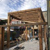 La préfabrication en atelier permet un montage et une livraison rapide.